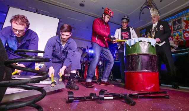Vorst William Damen bood zijn 'volk' een carnavaleske avond aan, met muziek, dans en veel humor. (foto Jurgen van Hoof)