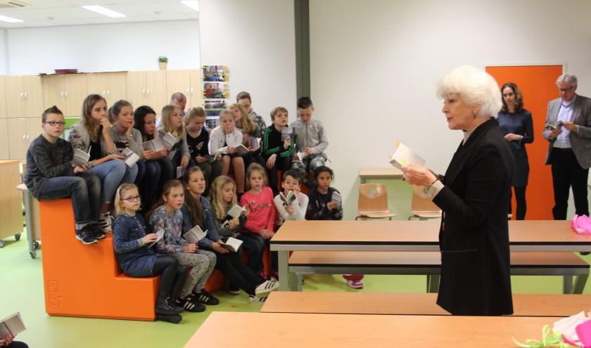 Lia Tieleman ging met de kinderen in gesprek over hun gedichten.