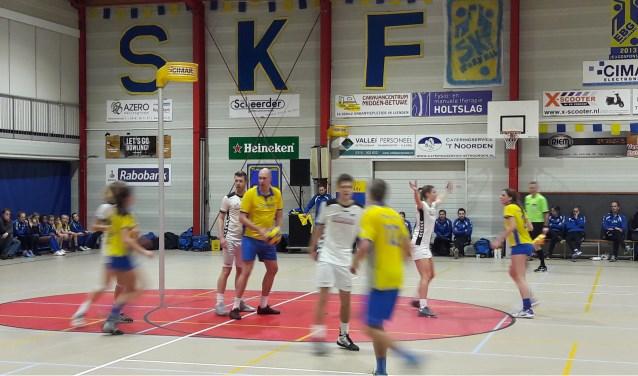 Michiel van Zanten (m) kijkt de situatie eerst nog even aan voordat hij de bal speelt. (Foto's: Martin Brink/Rijnpost)