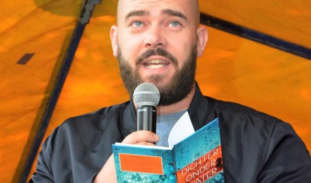 De Rotterdamse Stadsdichter Derek Otte is bijzonder te spreken over de dichtbundel 'Dichter onder Water' die zondag 28 januari om 15.00 uur in boekhandel Snoek aan de Meent 126 in Rotterdam-Centrum officieel ten doop zal worden gehouden. Foto: Joop van der Hor