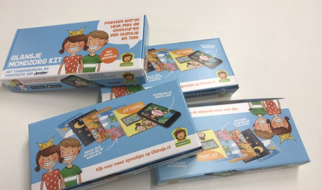 Het pakket dat afgelopen donderdag is verstrekt, bestaat uit een KinderKit, een brochure, een Glansje sprookje, een poetsinstructie, een kleurplaat en een inschrijfformulier voor JVT Mondzorg voor Kids. Maar het staat ouders vrij een andere tandarts te kiezen.