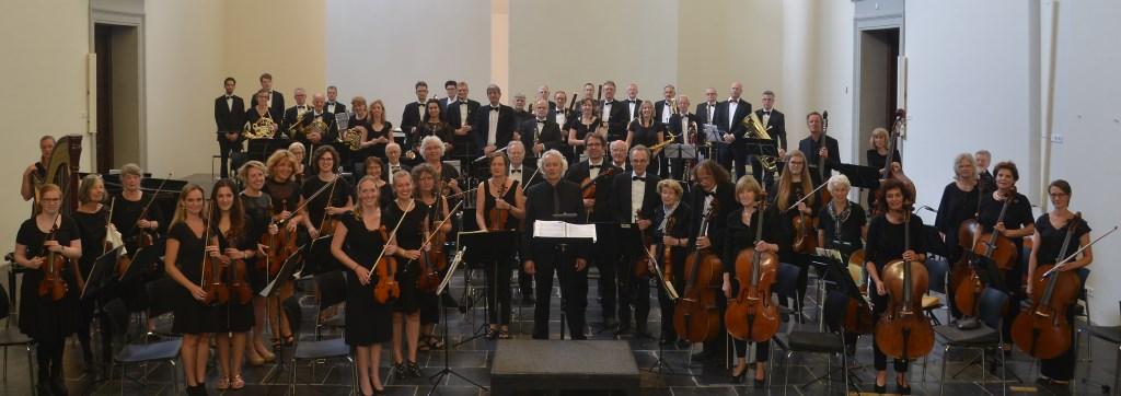 Het trotse jubilerend Filharmonisch Orkest 's-Hertogenbosch onder leiding van Lex Bergink. Het orkest speelt zondag 28 januari vanaf 14.30 uur haar jubileumconcert in de Grote Kerk. Kaarten zijn à 15 euro te koop via kaartverkoop@fohsite.nl, jeugd tot 18 jaar en CJP-houders betalen 7,50 euro.