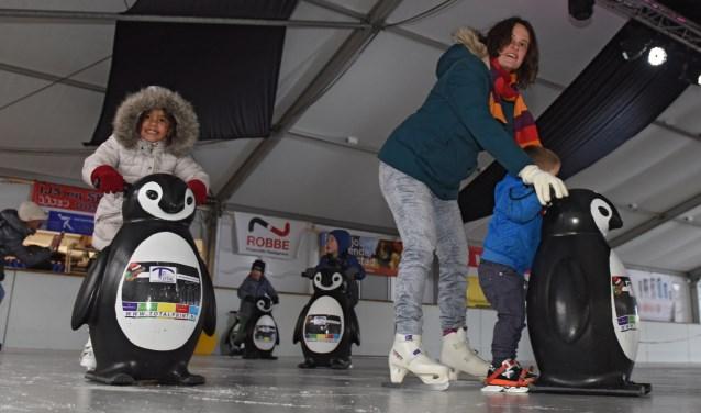 Het is recreatief sporten met een grote glimlach, voor jong en oud. Tot en met komende zondag kan je nog terecht op de ijsbaan op de Markt in Oosterhout. (foto: Casper van Aggelen)