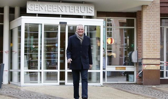 Wethouder Egbert Buiter laat met een gevoel van tevredenheid het gemeentehuis achter zich. Na zestien jaar politiek actief te zijn geweest gaat hij ongetwijfeld genieten van zijn vrije tijd. (foto Jurgen van Hoof)