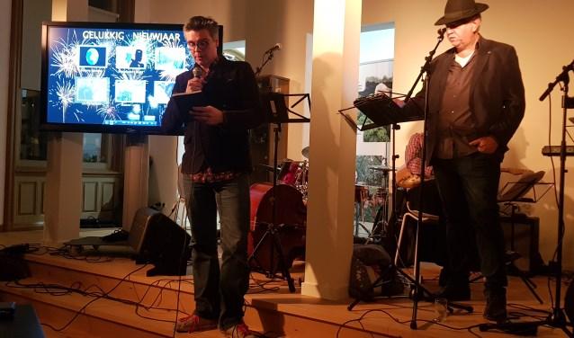 Stadsdichter Martijn Adelmund draagt zijn laatste gedicht voor. Eric Wijnacker, de zanger van de Waogeningse Blaoge, wacht geduldig af om zijn ode aan Annemiek van Vleuten te mogen zingen. (foto: Kees Stap)