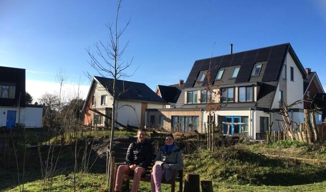 """Bewoners Wijnand Jonkers en Elisa Verwoest in ecowijk Mandora: """"Het voelt als een dorpsgemeenschap."""" Foto: Càrola Rietdijk"""