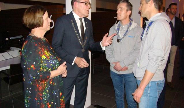 Burgemeester Piet Zoon en zijn vrouw ontvangen de beste wensen van Gregor van Kessel en Chris Tijman namens Scouting groep De Zwervers. (Foto's: Jaap Pilon)