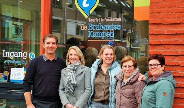 De 'Kempen-VVV's' gaan eendrachtig verder als 'TIP de Brabantse Kempen', op de oude locaties. V.l.n.r. René Veldhuizen (Bladel), Karien Hoeks (Oirschot), Petra Lauwers (Reusel-De Mierden), An van Montfort (Bergeijk) en Carry Damen (Hilvarenbeek). Monique Arts van Eersel ontbreekt.