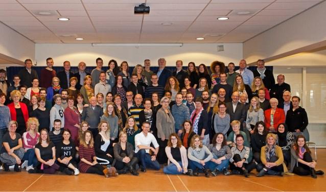 Alle betrokkenen bij de Tilburgse Revue de TóP 013 verenigd. foto: Frans van Aarle