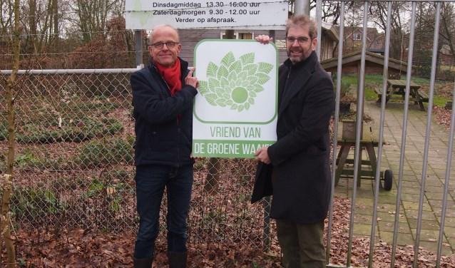 IVN-voorzitter Harry Maathuis (links) en Maarten Jan LeppinkvanDe Groene Waaier bij het bord dat de nieuwe relatie weergeeft.