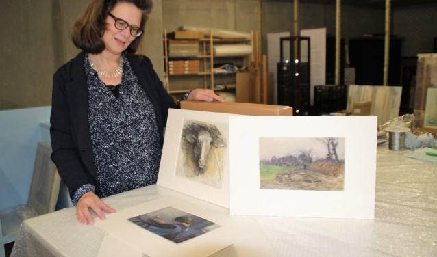Margot Jongedijk laat in het depot een paar van de 239 tekeningen van Blanche Douglas Hamilton zien. Het is de jongste grote schenking aan het museum. Foto Dick Baas