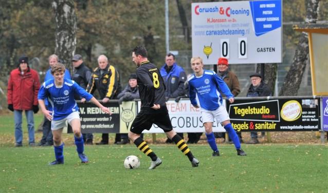 Redichem aanvaller Fabian Mösle aan de bal, Luc Dolphijn (rechts) van SKV kijkt toe om in te grijpen. (foto: gertbudding.nl)