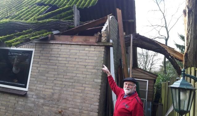 Jaap Bremer hoorde een hels gekraak in zijn tuin afgelopen donderdag tijdens de storm.  FOTO: Marcel Bos