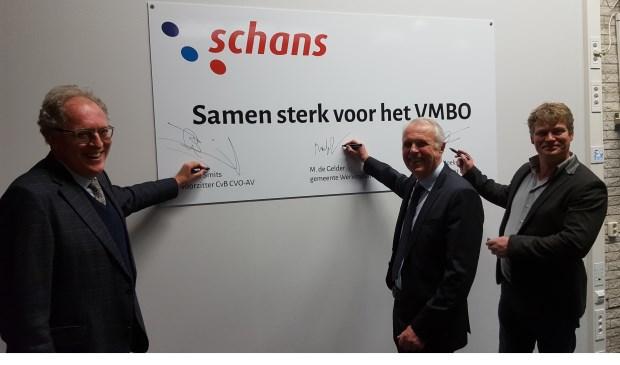 Met het plaatsen van een handtekening tekenden alle partijen voor mooie slogan 'Samen sterk voor het VMBO'. Eigen foto