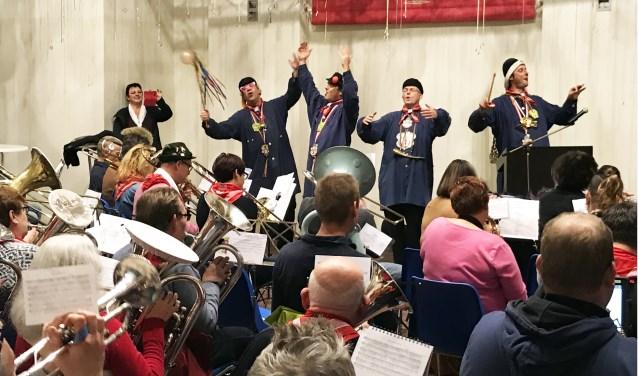 Vorige week bezocht nar Eric onder meer de openbare repetitie van het Vastenavendliedje bij de Fiel. Voor- dat hij de baton overnam van dirigente Inge vertelde prins Nilles III eerst nog het nodige over de partituur.