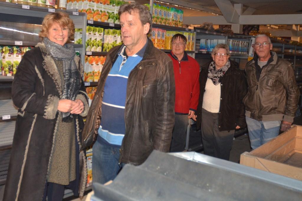 Maria van Beek in gesprek met Ed van Proosdij van de Voedselbank. Een team van vrijwilligers staat klaar voor de inventarisatie.