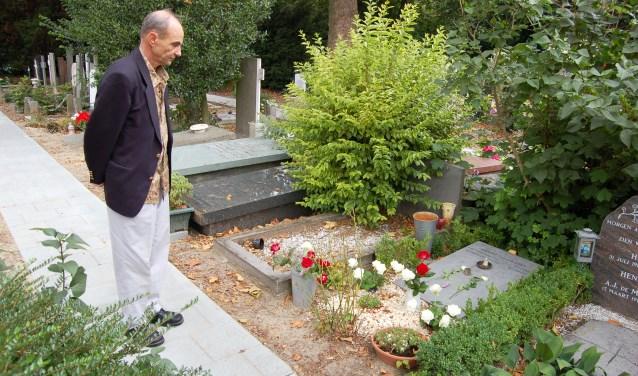 De vader van Anneke van der Stap bij het graf van zijn dochter, kort na de moord. Over het boek 'Dubbel gedwaald' concludeert hij: 'Het is afgerond, het is klaar. Er moeten geen nieuwe fantasieën meer opduiken.'
