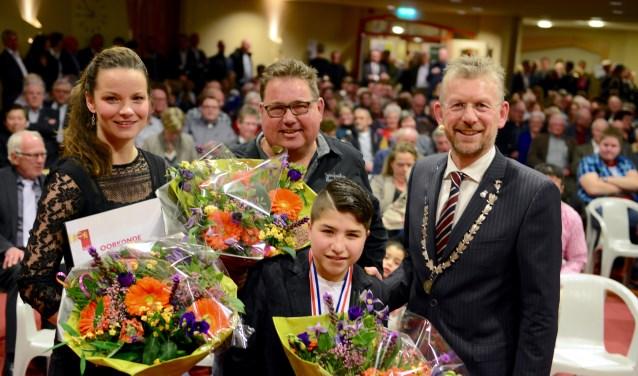 Op foto vlnr. Fleur Gaarthuis van Mantelpunt Kerk Avezaath, Arjan Baauw, Mohamad Malki en burgemeester Jan de Boer