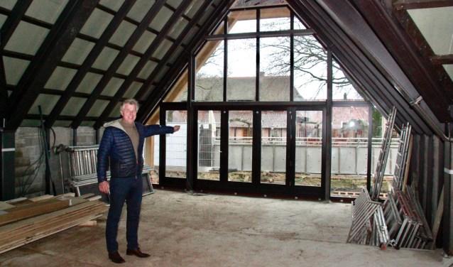 Eigenaar Ben Weenink in de ruimte waar de bierbeleving in stijl kan worden afgerond. Foto: Eveline Zuurbier