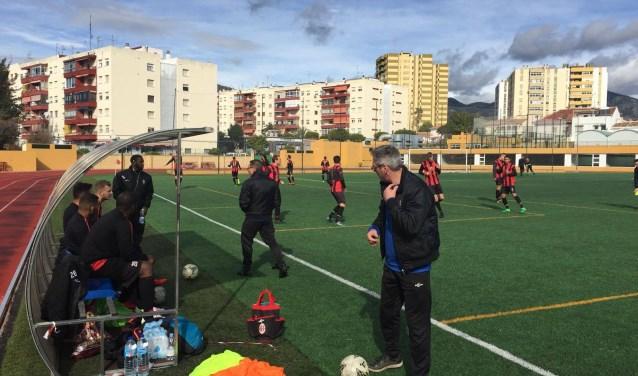 Deltasport-trainer Ton Pattinama noemde het vijfdaagse verblijf in Fuengirola een 'sfeerkamp'. De oefenwedstrijd tegen Lyra werd wel serieus genomen en met 4-0 gewonnen. (Foto: Michel Pluijmert)