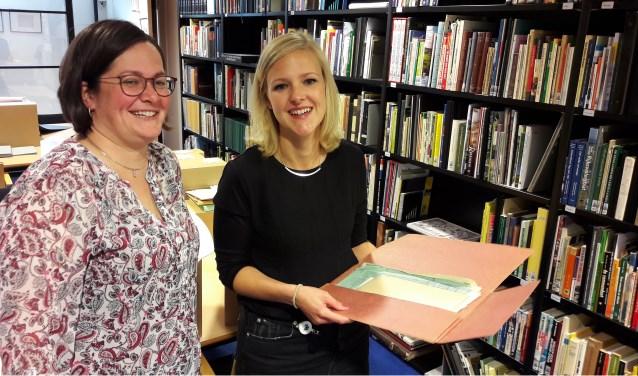 Archivaris Noortje van Hofwegen-van Amerongen (r) samen met archiefambtenaar Janneke van den Berg-van Wakeren in de studiezaal. (Foto: Martin Brink)