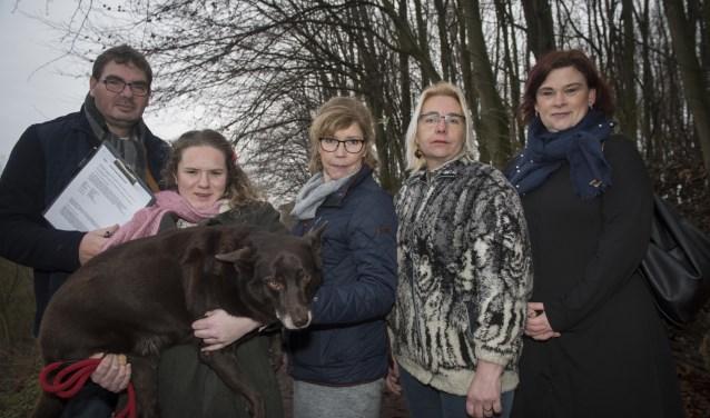 Hans Ouwerkerk, Simone Ouwerkerk, Monniek Leendertse, Georgine Mol en Jakobien Groeneveld ondertekenen het burgerinitiatief. Foto: Ronald Stam