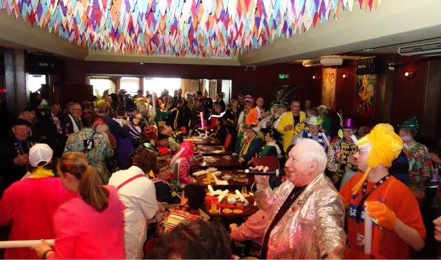 De Club van 100 zorgt al decennia lang voor een gezellige carnavalsmiddag voor mensen met een beperking. Foto: Henk van Abeelen