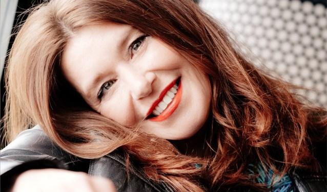 De Nederlandse zangeres Simone Roerade staat aan de leiding van de soul-funkband Mrs Hips.