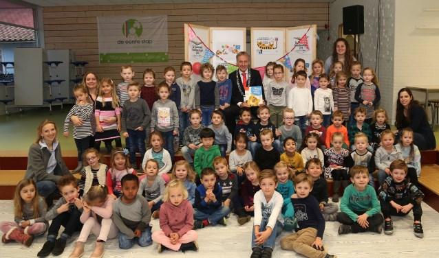 Burgemeester Lex Roolvink was een speciale gast op basisschool De Raamdonk. (foto: Marco van den Broek)