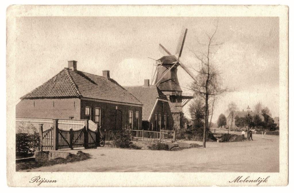 Links naast de molen is de wagenmakerij van de familie Schreurs gevestigd.  © Persgroep