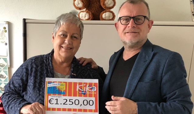Een trotse Ria Bloemberg (Stichting KiKa) en Nico Ruikes (OBW)