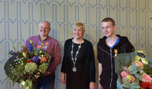 Burgemeester Agnes Schaap reikte de erepenning uit aan de helden Wilfried Giesen (links) en Danny Ouwens. (foto: Berry de Reus)