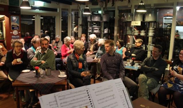 In de gelagkamer bij de Vergulde Swaen luisteren de bezoekers naar de verhalen en de muziek.