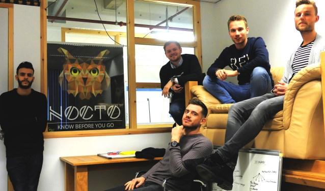 Op de foto zijn de werknemers marketing, sales en CEO (bovenin midden) van Nocto App te zien. Met deze groeiende mobiele applicatie wordt uitgaan, door 40 landen, nóg leuker gemaakt!