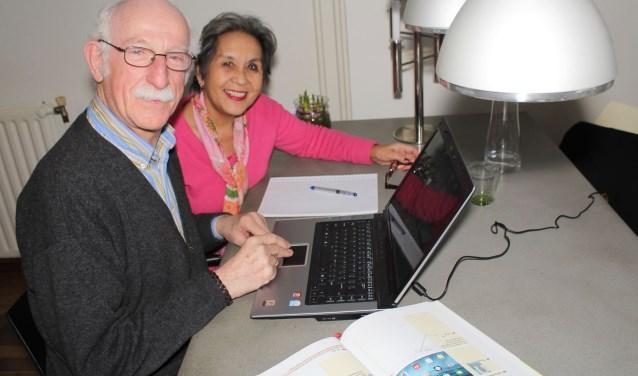 """Bert Collewijn geeft enthousiast cursussen aan senioren. Echtgenote Julia is iets anders: """"Dat kan beter een ander doen. Lesgeven aan je kinderen of echtgenote is niet handig"""", weet hij zeker. (Foto: Lysette Verwegen)"""