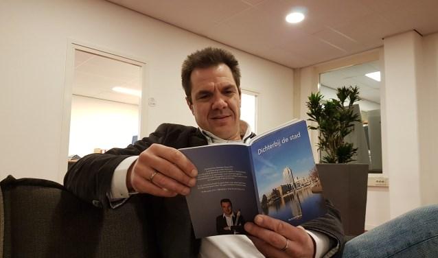 Robbert Roos met zijn nieuwe dichtbundel 'Dichterbij de stad'. Foto: Otaweb