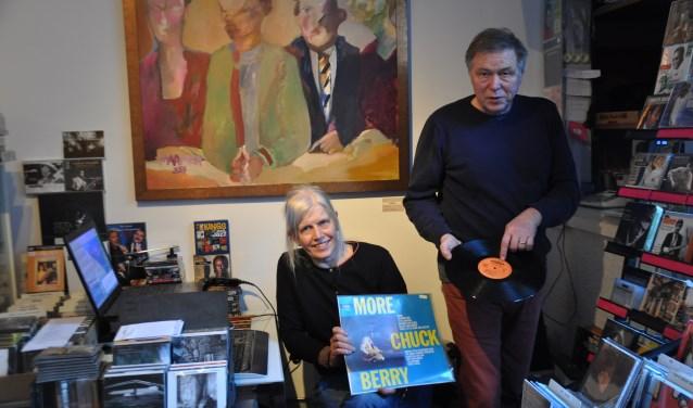 """""""Kijk: Chess International,"""" wijst Louis Kleingeld. """"Dat is één van de oerlabels."""" FOTO: Anneke Flikweert"""
