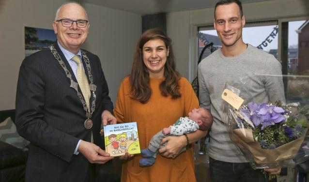 Burgemeester Jan van Belzen overhandigde het 1eBarendrechtse geboorteboekje 'Bas en Bo in Barendrecht' aan Fedde Achterberg