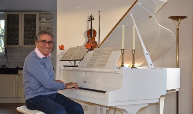 Aristakes bij zijn pianovleugel thuis. Foto: Martin Reitsma