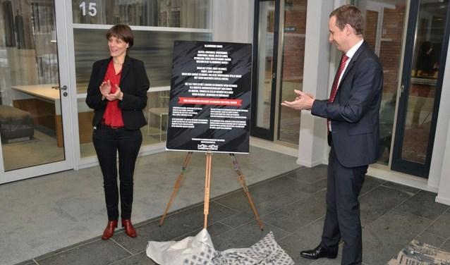 Stadsdichter Marjoleine van Aperen onthult, samen met wethouder Hoekstra, het eerste gedicht voor haar Poëzieposterproject. (Foto: Herman van Nieuwenhuizen)