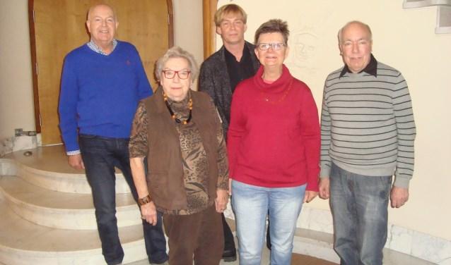 Jan Zobel (achteraan midden) met leden van het seniorennetwerk. (Foto: Eline Lohman)