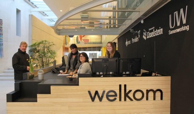 Welkom in de centrale hal van het IJsselsteinse stadhuis. Met de naam UW Samenwerking prominent op de achterwand  De ontvlechting heeft diepe impact op de ruim 200 werknemers. De medewerkers op de foto komen overigens niet in het artikel voor. (Foto: Lysette Verwegen)