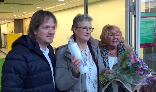 Cisca de Vries, trots met bloemen en kaars tussen Gert van den Bos en Ans Hartnagel. (Foto: Paul van Gink)