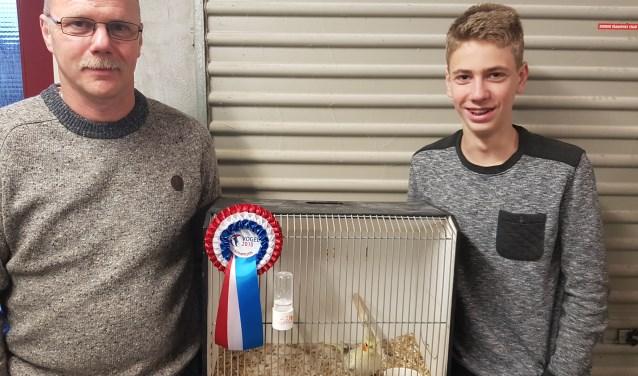 Arnold Lückerath en zijn vader Klaus met hun prijswinnende opaline cinnamon.