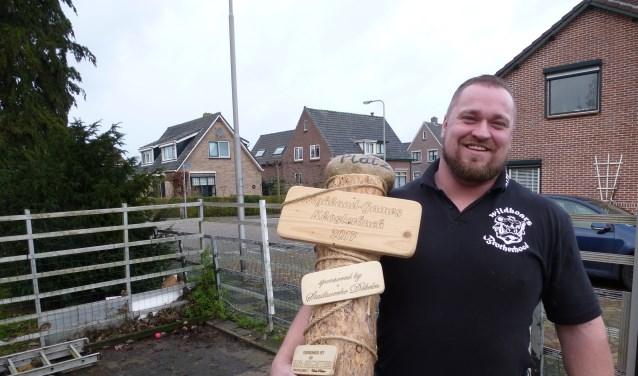 Patrick van Antwerpen (33) uit Tricht met één van zijn vele prijzen.