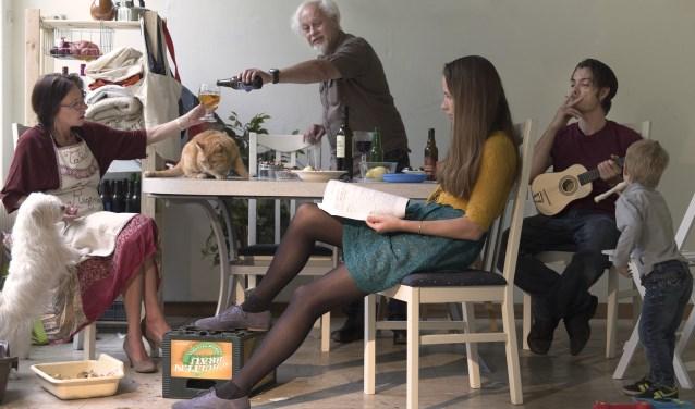 Foto uit de serie 'Soo d'oude songen, soo pypen de jonge'. Tahné fotografeert in deze serie haar eigen familie. Ze staat zelf ook op de foto (lezende vrouw). Foto: Tahné Kleijn.