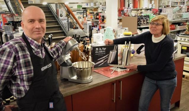 Huub en Ingrid Oostendorp (Kookwinkel Oostendorp) tonen de Kenwood keukenmachine en de Global snijset. Beide ter waarde van maar liefst 525 euro. De winnaar mag kiezen uit een van deze prachtige prijzen. (Foto: foto Janet Kooren)