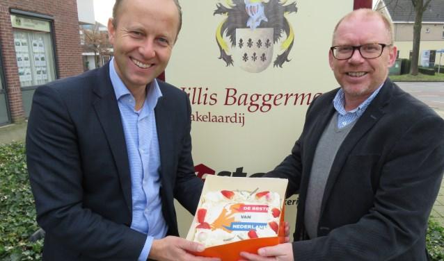 Jillis Baggerman (l) krijgt van Martin Lens felicitaties en een toepasselijke taart (foto: Doriet Willemen).