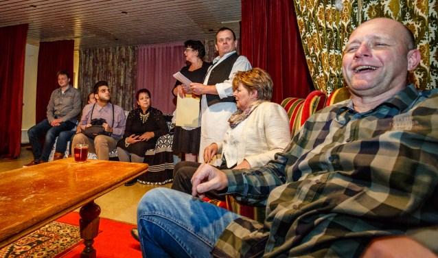 Tien markante typetjes azen op een flinke erfenis in het thrillerachtige toneelstuk van ONA, genaamd  'Waar geërfd wordt vallen spaanders'.Foto: Yuri Floris Fotografie