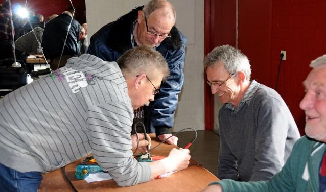 Voor de 50e keer staan de vrijwilligers van het Repair Café in de Moerkoal klaar om kapotte spulletjes te repareren